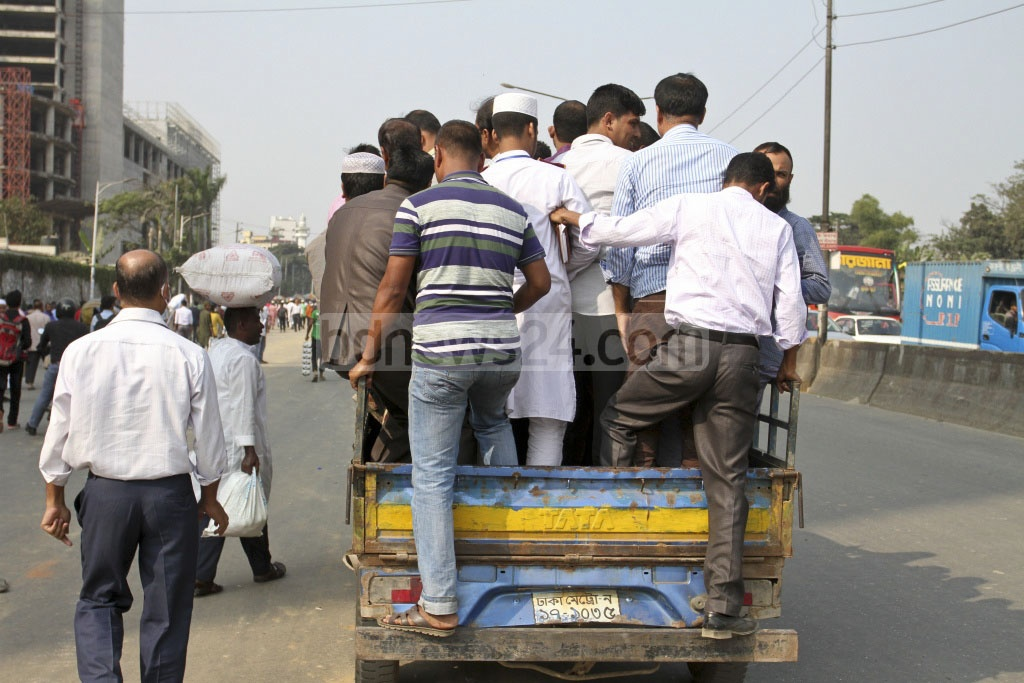 Passengers on long-haul vehicles face difficulties due to clashes between Tabligh Jamaat blocking one side of Airport Road on Saturday. Photo: Asif Mahmud Ove