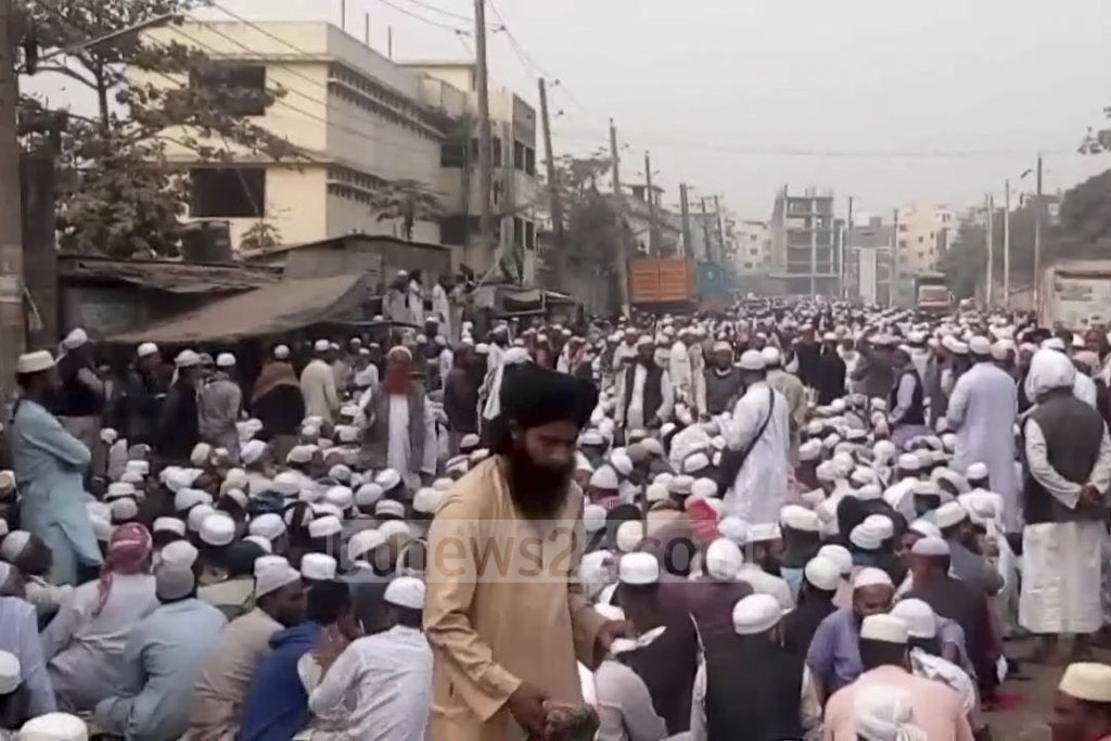 The clashes between the two Tabligh Jamaat factions began when one side blocked another over entry to the Tongi Ijtema grounds.