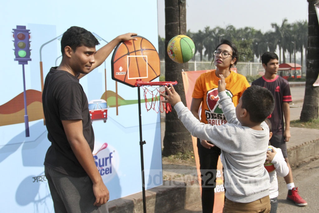 Children play basketball on Manik Mia Avenue. Photo: Asif Mahmud Ove