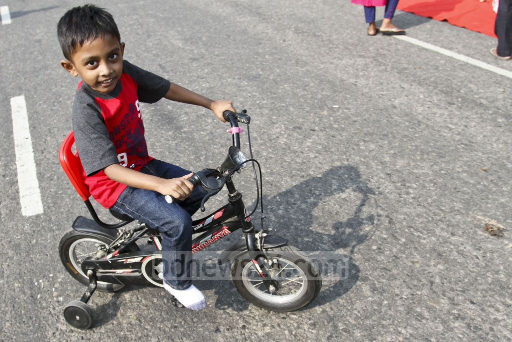 A child rides a bicycle on Manik Mia Avenue. Photo: Asif Mahmud Ove