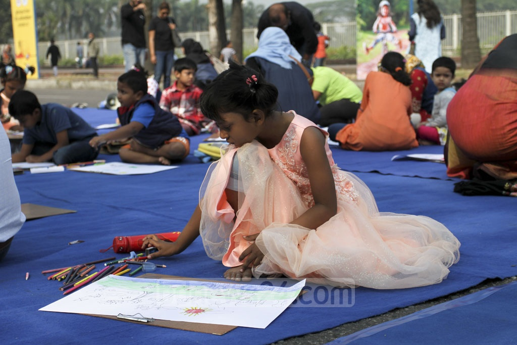 Children draw on the 'car-free road' on Manik Mia Avenue. Photo: Asif Mahmud Ove
