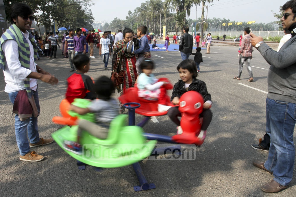 Vehicles are blocked on one side of Dhaka's Manik Mia Avenue between 8am and 11am on the first Friday of the month as part of a campaign for 'car-free roads'. Various forms of entertainment for children are available on the spot. Photo: Asif Mahmud Ove