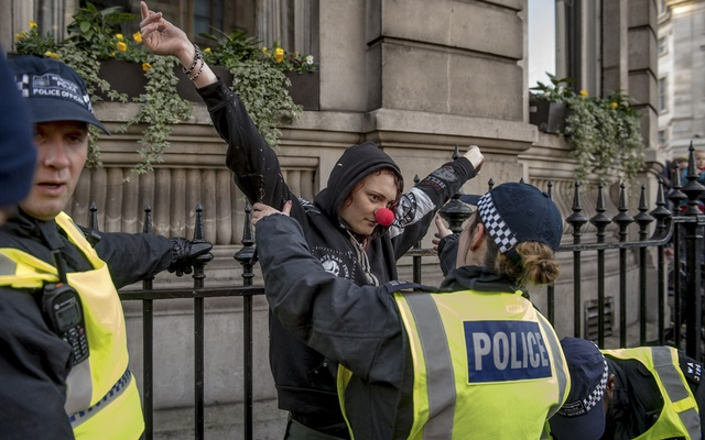 Police detain an anti-racist demonstrator at a counterdemonstration against the pro-Brexit march in central London, Dec 9, 2018. The New York Times