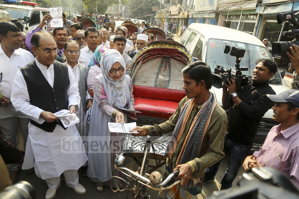BNP candidates Mirza Abbas and his wife Afroza Abbas distributing leaflets as part of their election campaign at Dhaka-8 and 9 constituencies in Dhaka's Shahjahanpur on Tuesday. Photo: Mahmud Zaman Ovi