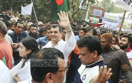Awami League candidate Saber Hossain Chowdhury campaigning in his Dhaka-9 constituency at the capital's Khilgoan on Tuesday. Photo: Mahmud Zaman Ovi