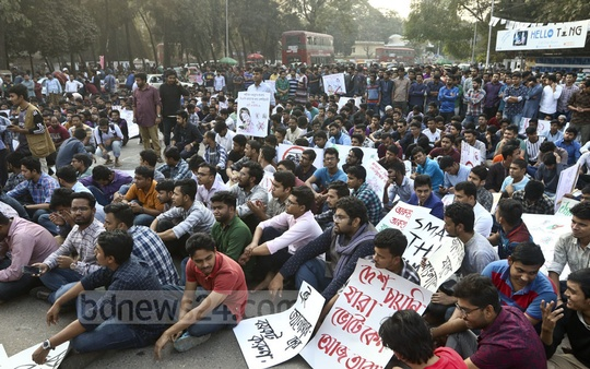 Members of Bangladesh Chhatra League rally at Raju Sculpture intersection on the Dhaka University campus on Wednesday demanding war criminals and their patrons be banned from the parliamentary elections. Photo: Abdullah Al Momin