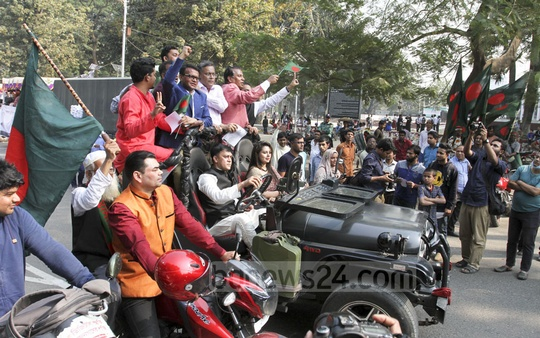 Celebrities carrying leaflets during the ruling Awami League's election campaign at the Central Shaheed Minar in Dhaka on Thursday. Photo: Asif Mahmud Ove