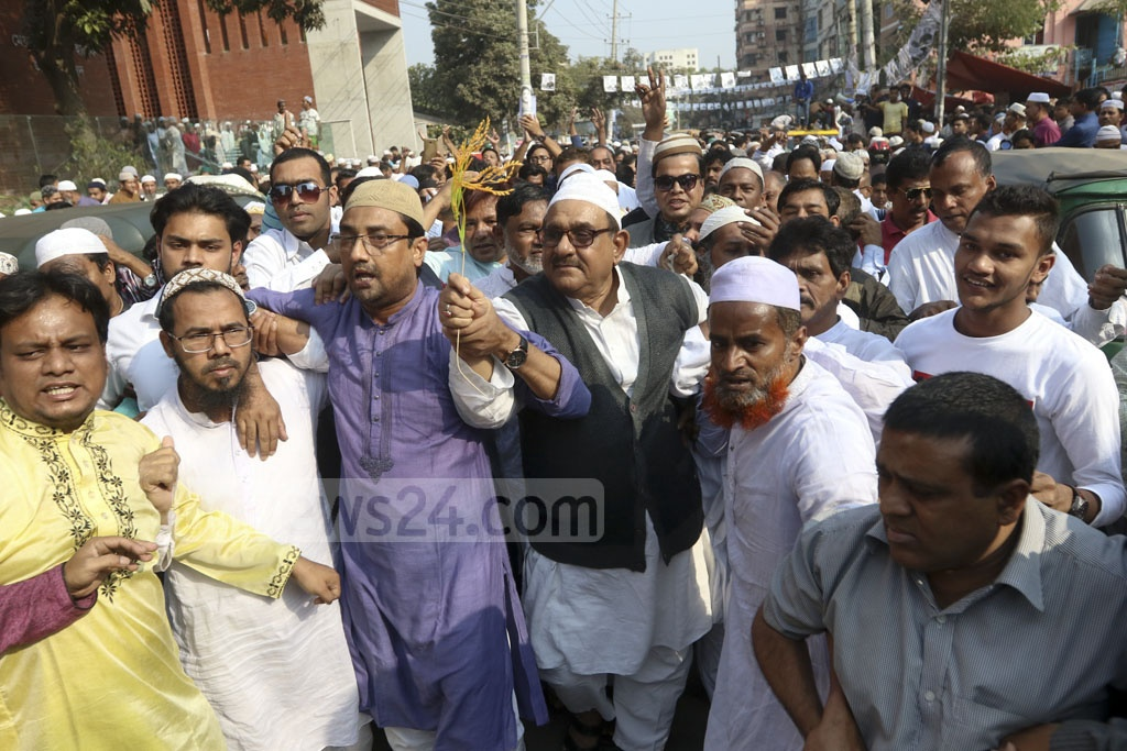 Gono Forum leader Mostafa Mohsin Montu, a candidate for the Dhaka-7 parliamentary constituency, campaigning at Azimpur on Friday. He is running with the 'paddy sheaf' symbol of the BNP's Jatiya Oikya Front alliance. Photo: Abdullah Al Momin