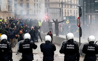 Far-right supporters face off with police during a protest against Marrakesh Migration Pact in Brussels, Belgium December 16, 2018. Reuters