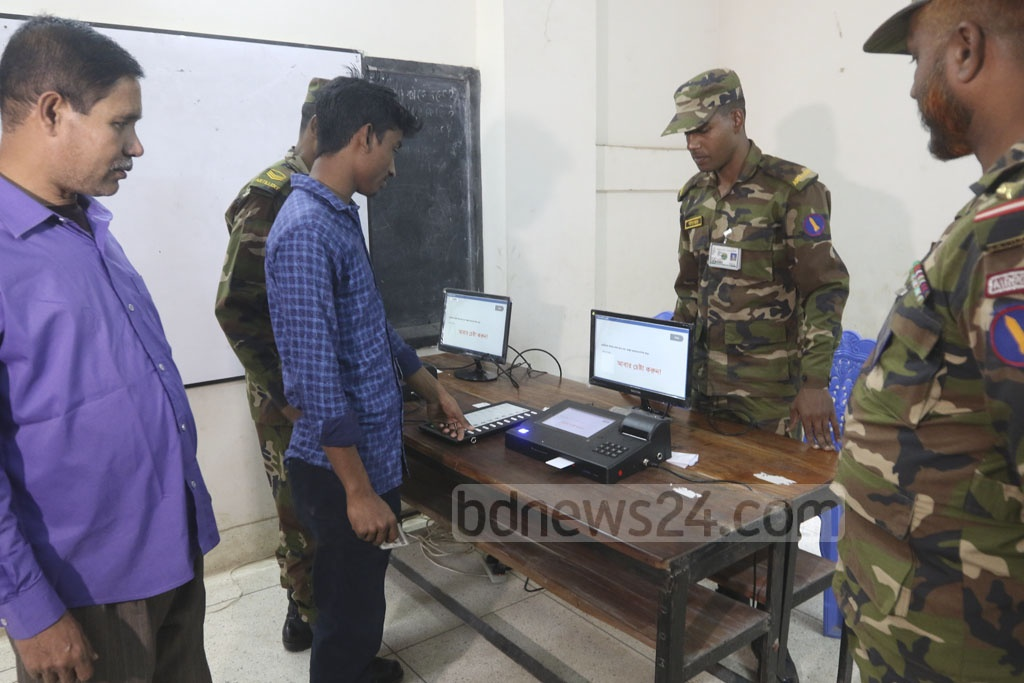 Voters of Dhaka-13 parliamentary constituency being briefed about the process of electronic machines at the Agargaon Taltola Bangabandhu Sheikh Mujib Academy School and College on Monday. Photo: Abdullah Al Momin