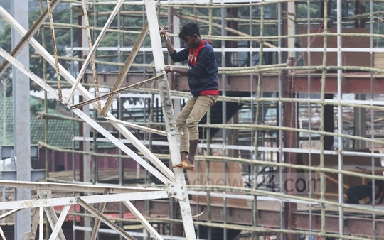 Some workers are engaged in dangerous work, but there are no safety measures in place on the site. Photo: Abdullah Al Momin