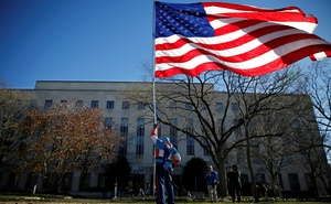 Flynn-2 Demonstrator Jim Griffin flies a US Flag after former national security adviser Michael Flynn arrived for his sentencing at US District Court in Washington, US, Dec 18, 2018. REUTERS