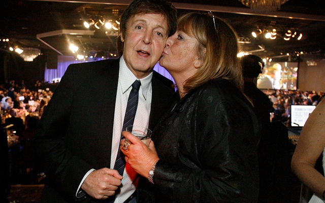 FILE PHOTO: British singer Paul McCartney gets a kiss on the cheek by actress Penny Marshall at the 2009 Grammy Salute to Industry Icons event, honouring Clive Davis in Beverly Hills, California Feb 7, 2009. REUTERS/Mario Anzuoni/File Photo