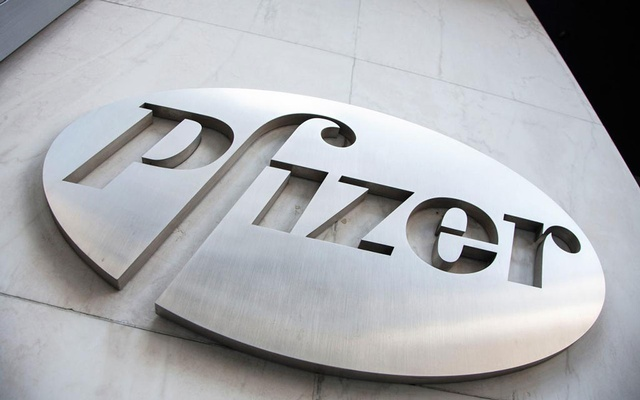 The Pfizer logo is seen at their world headquarters in New York Apr 28, 2014. REUTERS/Andrew Kelly/File photo