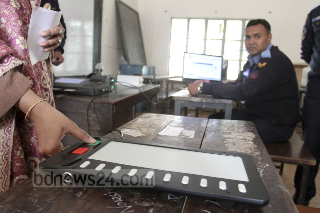 A voter of Dhaka-6 parliamentary constituency casting a vote as part of a mock voting after being briefed about the process of electronic machines at Kamrunnesa Government Girls High School in Tikatuli on Thursday. Photo: Asif Mahmud Ove