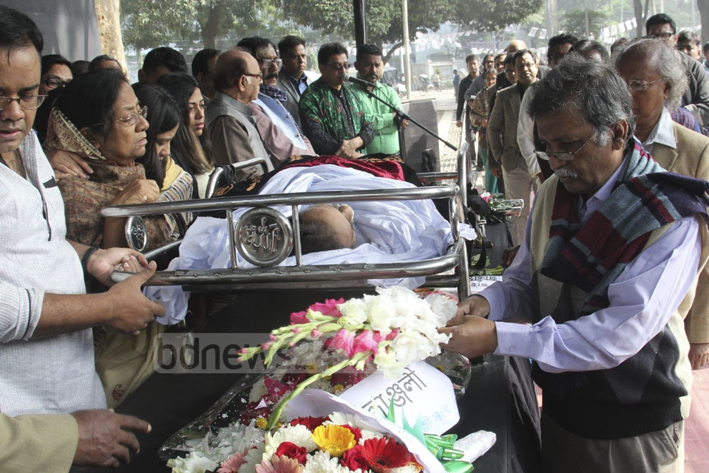 Members of the Sammilito Sanksritik Jote pay tribute to the departed film and drama director Saidul Anam Tutul at the Central Shaheed Minar in Dhaka on Thursday.