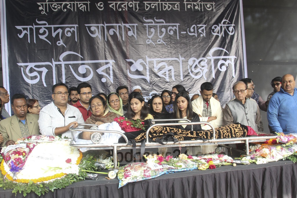 People pay their final respects to the departed film and drama director Saidul Anam Tutul at the Central Shaheed Minar in Dhaka on Thursday.