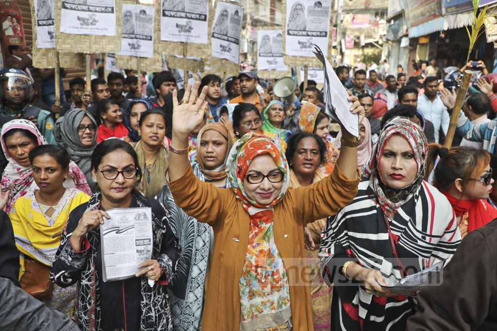 Afroza Abbas, the BNP candidate for Dhaka-9, continues her election campaign in Goran area on Saturday.