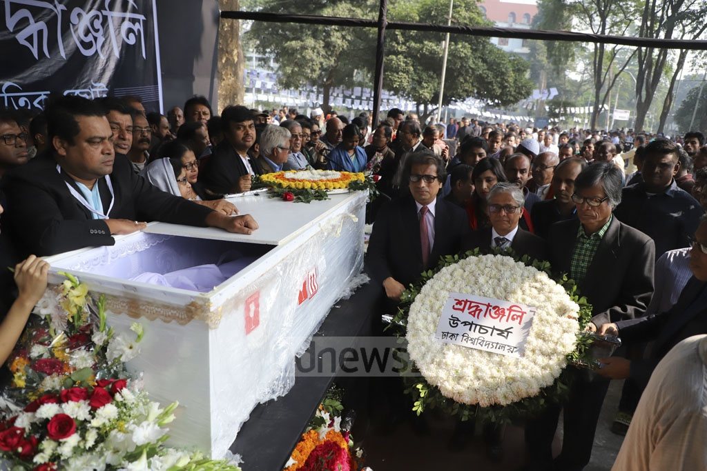Dhaka University Vice Chancellor Prof Akhtaruzzaman lays flowers on the coffin of departed film director Amjad Hossain at Dhaka's Central Shaheed Minar on Saturday. Photo: Abdullah Al Momin