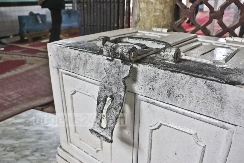 Thieves broke into the High Court Mazar shrine by cutting the grills in the wee hours of Sunday and made off with the donated money kept in 11 safes. Officials suspect up to half a million taka were in the safes.
