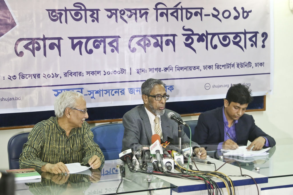 M Hafiz Uddin Khan, president of Citizens for Good Governance or SHUJAN, discusses the election manifestos of different political parties during a media conference at Dhaka Reporters Unity on Sunday. Photo: Mahmud Zaman Ovi
