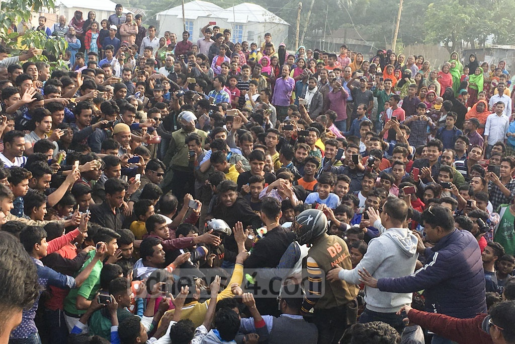 Bangladesh ODI captain and Narail-2 Awami League candidate Mashrafe Bin Mortaza meets voters in his constituency ahead of the Dec 30 polls.