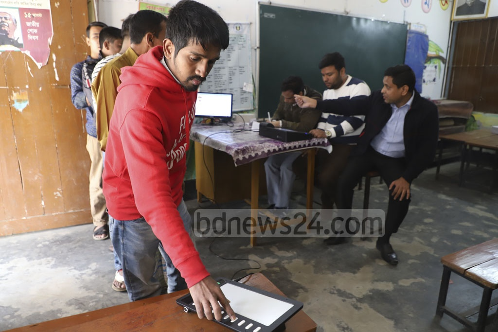 People casting vote through electronic machines during a mock voting campaign three days before the election on Thursday. This photo was taken from a polling station at the Dhaka-6 parliamentary constituency. Electronic voting machines or EVMs will be used in six seats. Photo: Abdullah Al Momin