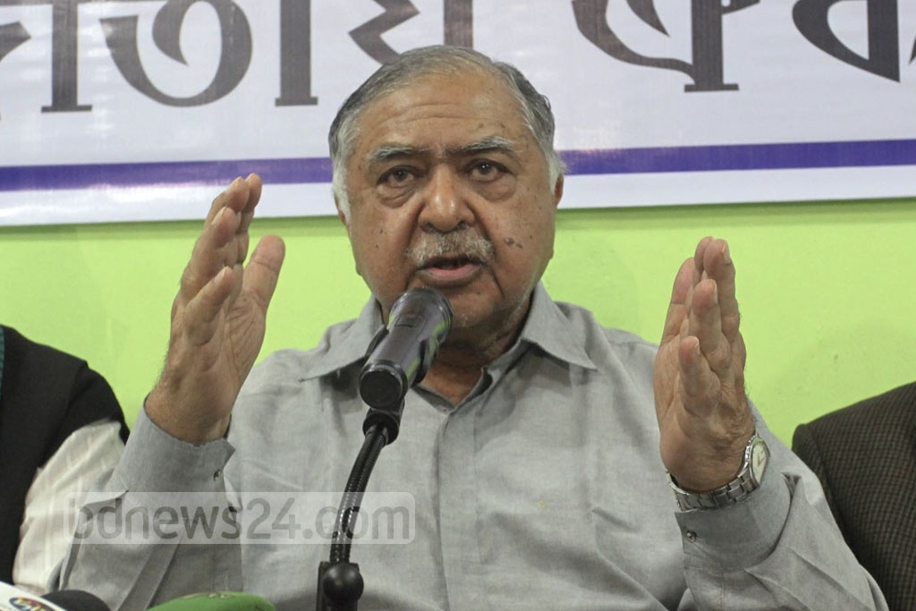 Jatiya Oikya Front chief Dr Kamal Hossain speaking at a news conference at its Purana Paltan offices in Dhaka after an 'emergency' meeting of its Steering Committee three days before the vote on Thursday.