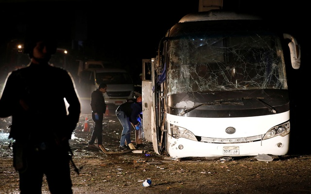 Police officers inspect a scene of a bus blast in Giza, Egypt, Dec 28, 2018. REUTERS/Amr Abdallah Dalsh