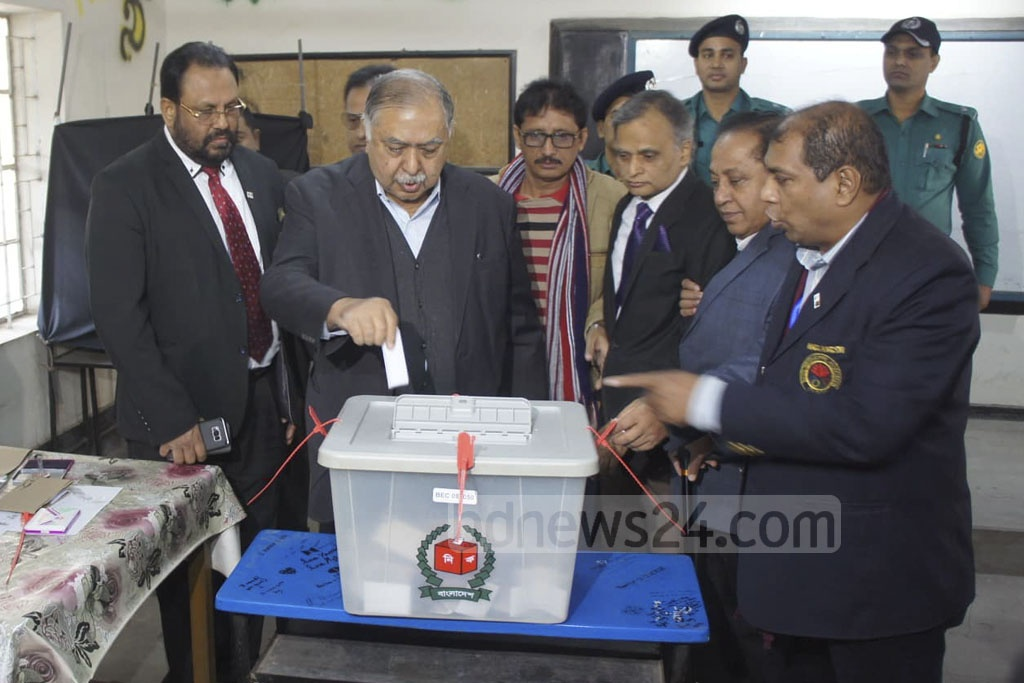 Jatiya Oikya Front chief Kamal Hossain casts his ballot at the Viqarunnisa Noon School and College polling centre on Sunday morning.