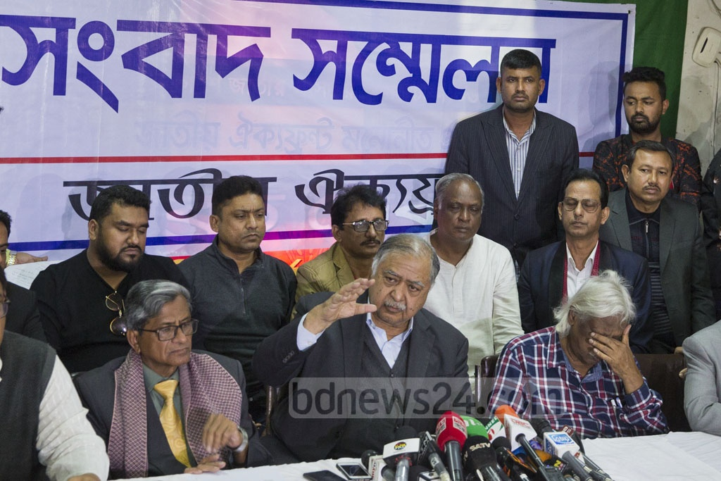 Jatiya Oikya Front chief Kamal Hossain holds a press conference at the Gono Forum offices in Dhaka's Motijheel on Sunday afternoon, midway through the 11th national parliamentary election. Photo: Mostafigur Rahman