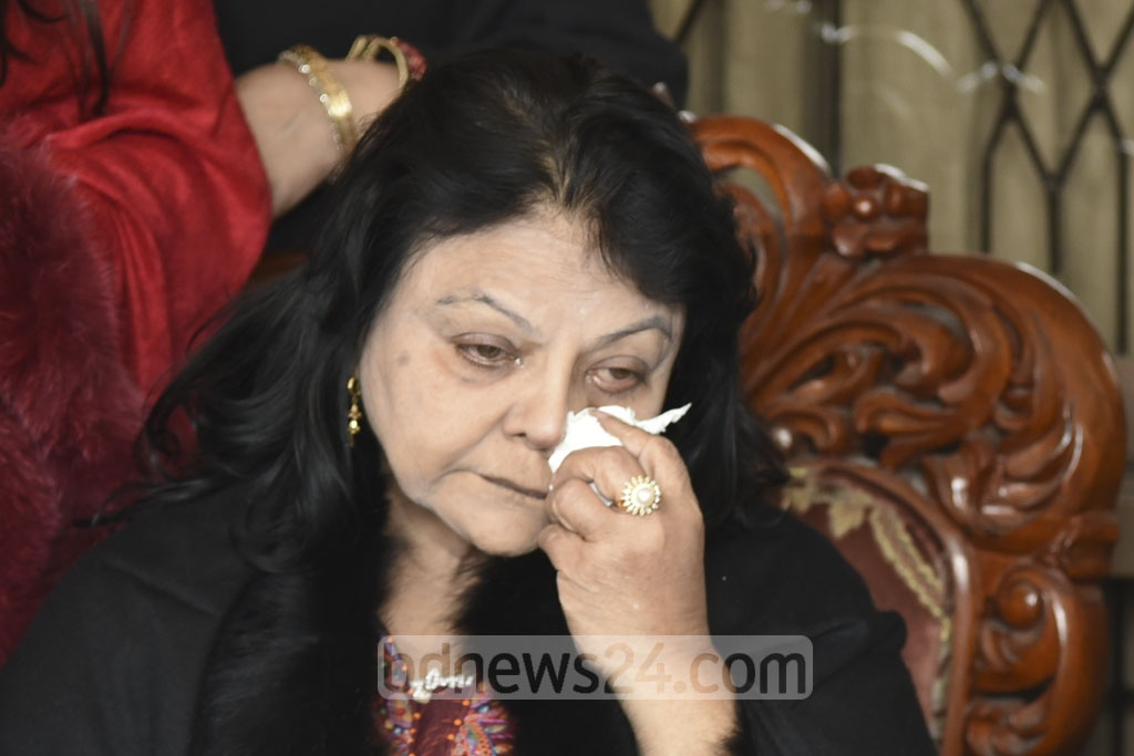 Dhaka-1 seat independent candidate Salma Islam breaks down in tears on Sunday afternoon during a press conference announcing that she was stepping aside from the race. Photo: Asif Mahmud Ove