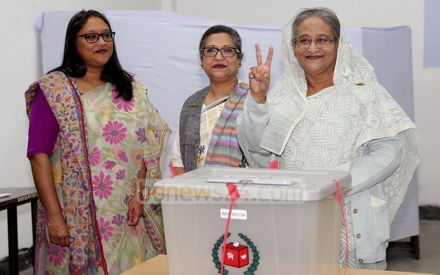 Prime Minister Sheikh Hasina flashes a victory sign after casting her ballot in the 11th national parliamentary election. Photo: Saiful Islam Kallol