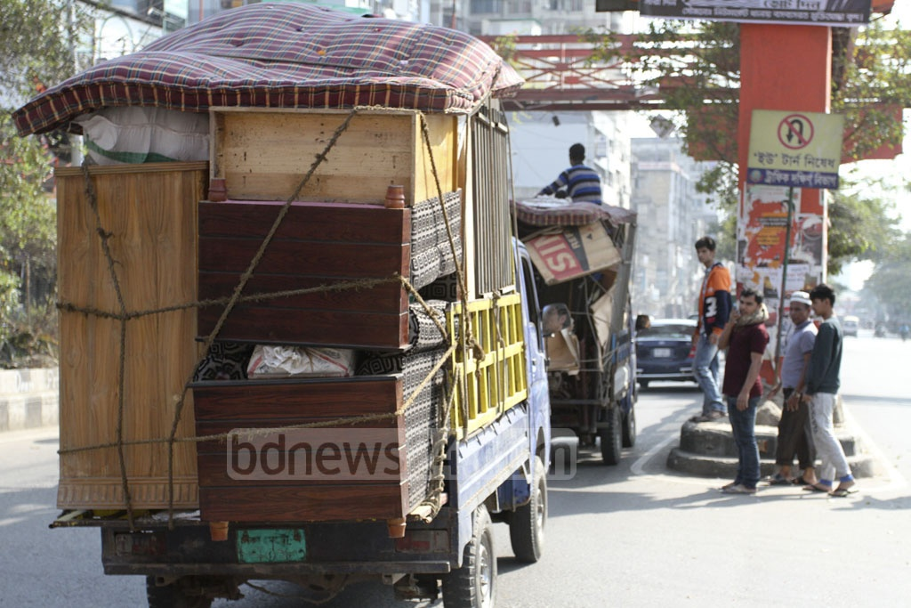 A family moves to a new home with their belongings on a truck on the first day of the 2019 in the Science Laboratory area of Dhaka's Mirpur Road. Photo: Asif Mahmud Ove