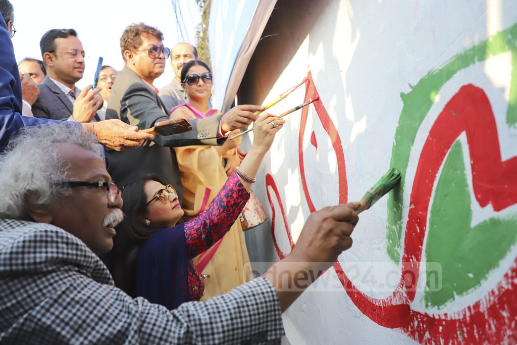 Artists and celebrities paint a wall at Banani during a campaign for a clean Dhaka on Thursday. Photo: Abdullah Al Momin