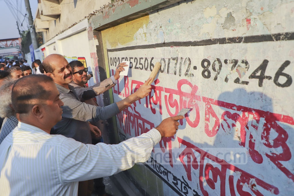 Former BGMEA president Atiqul Islam and his associates cleaning a wall at Banani during a campaign for a clean Dhaka Vity on Thursday. Atiqul wanted to run in the mayoral by-polls to Dhaka North City Corporation last year but the election was not held. Photo: Abdullah Al Momin