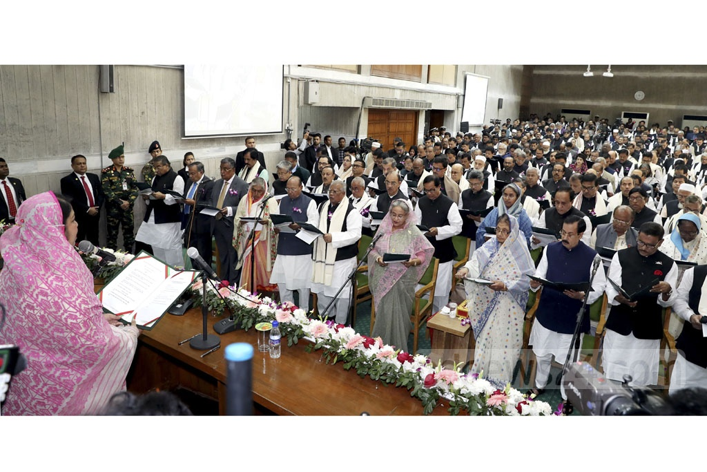 Parliament Speaker Shirin Sharmin Chaudhury administering the oath to the newly elected MPs of the Awami League and its allies on Thursday. Photo: Saiful Islam Kallol