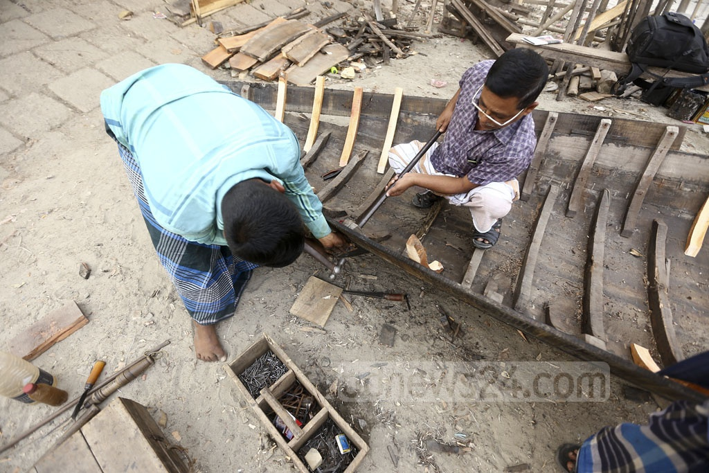 Abdul Mannan uses traditional tools to repair boats, using the same method as his father. Photo: Mahmud Zaman Ovi