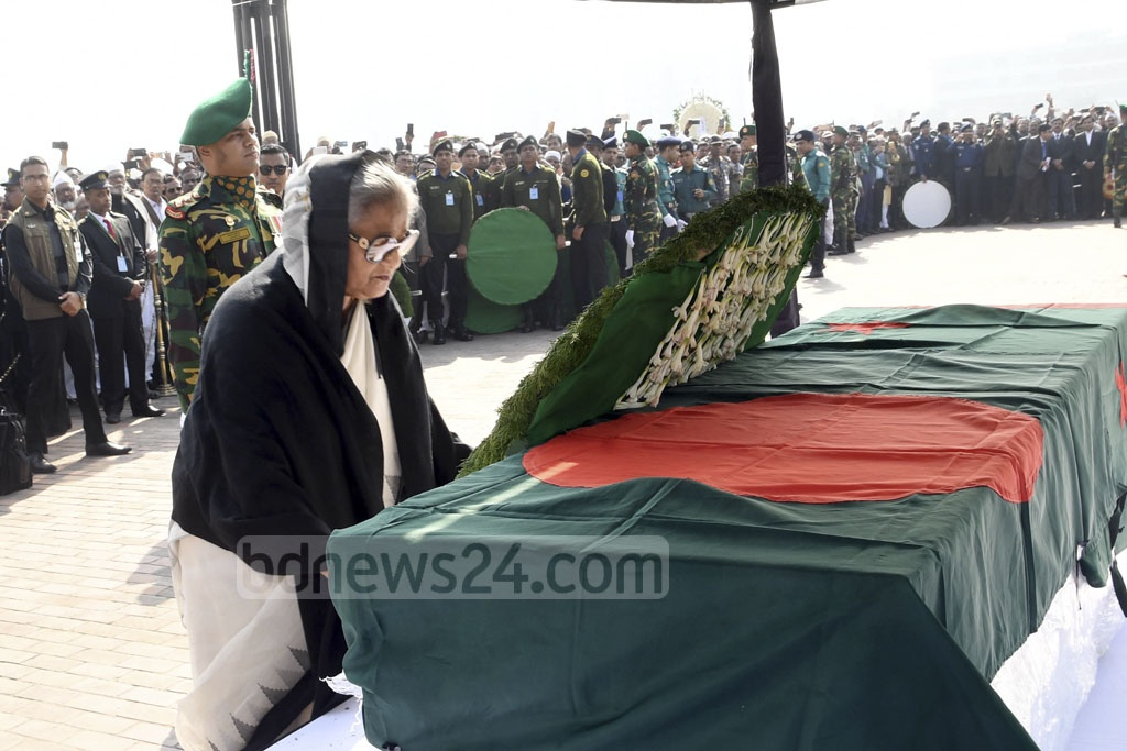 Prime Minister Sheikh Hasina lays a wreath on Syed Ashraful Islam's coffin to pay her last respects to the veteran Awami League leader who died last week battling cancer. His funeral prayers were held at the parliament's south plaza on Sunday. Photo: PID