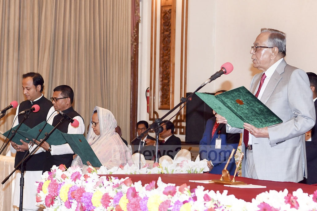 President Md Abdul Hamid administers oath to deputy ministers of the new cabinet during an inauguration ceremony at the Bangabhaban on Monday. Photo: ABM Aktaruzzaman / PID