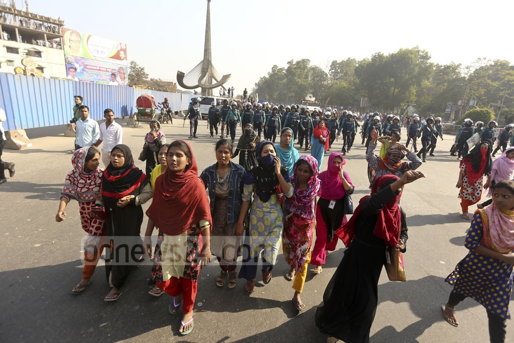 Garments workers shout slogans for higher minimum wage and other demands while blocking Dhaka's Airport Road for the second day on Monday. Photo: Mahmud Zaman Ovi