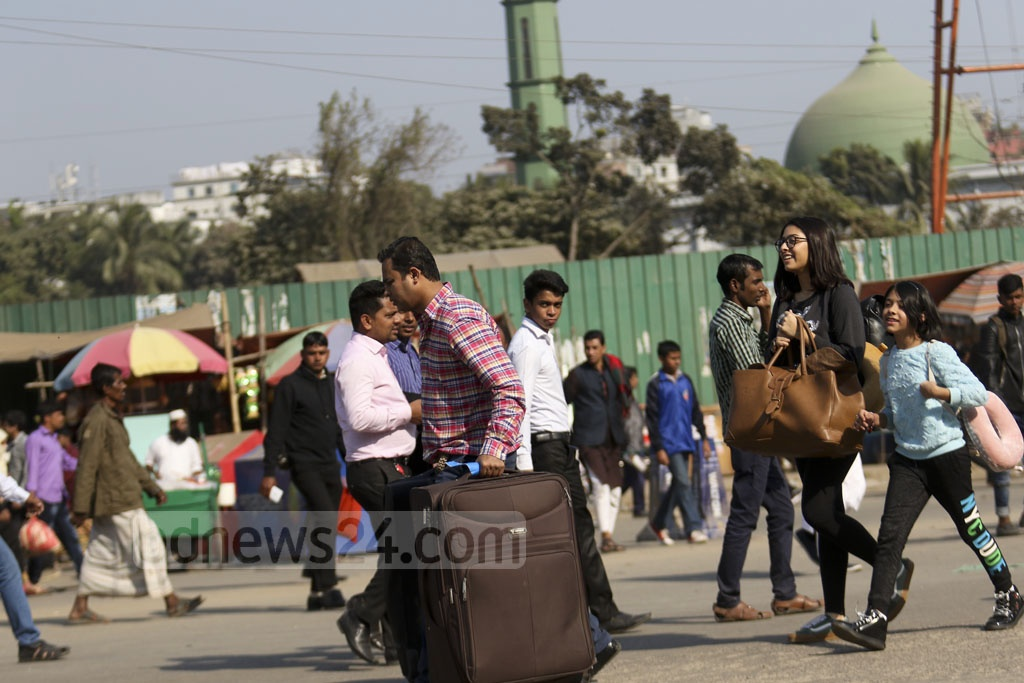 People try desperately to catch their flights by walking to Dhaka's Shahjalal International Airport during a blockade by garment workers who returned to the highway for the second day demanding higher minimum wage and implementation of other rights on Monday. Photo: Mahmud Zaman Ovi