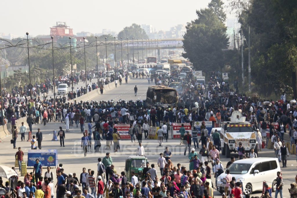 Traffic is halted on Dhaka's Airport Road as workers return to the street demanding better minimum wage for the second day on Monday. Photo: Mahmud Zaman Ovi