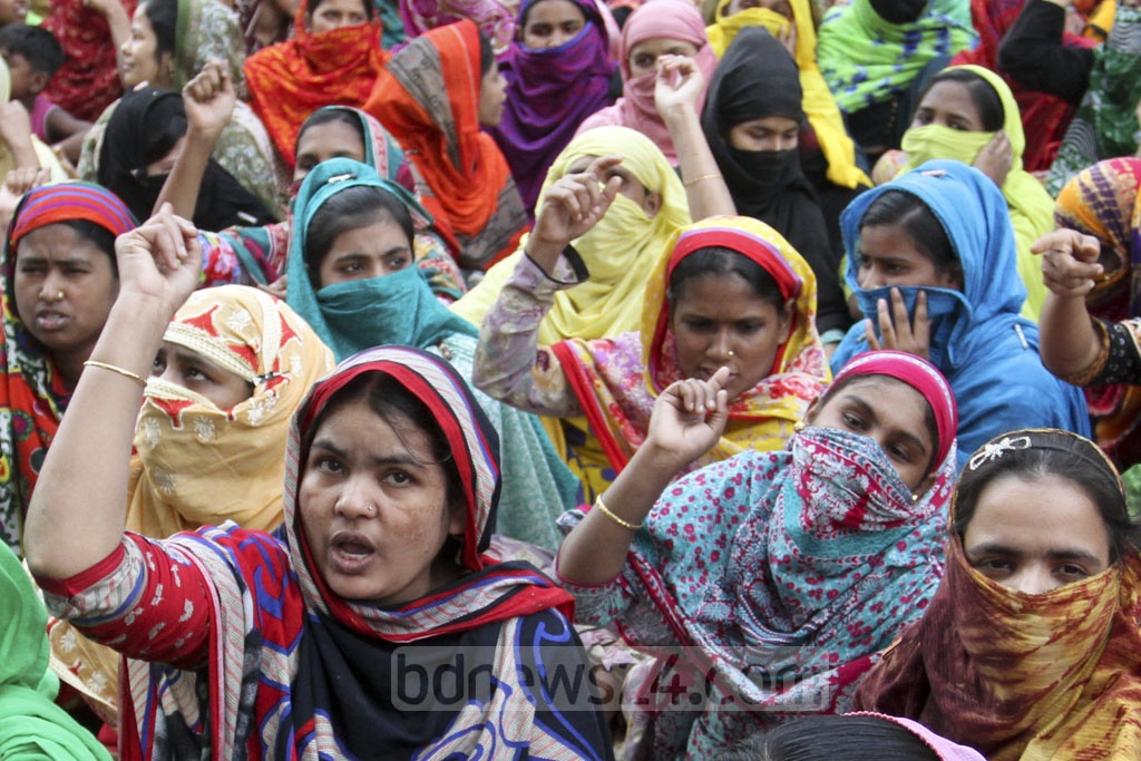 Workers resume protest over minimum wage and other demands on fourth day. Photo taken at a demonstration in Mirpur's Kalshi area on Wednesday. Photo: Asif Mahmud Ove