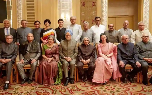 The entire cast of the film based on Sanjaya Baru's book The Accidental Prime Minister. Photo: Taran_adarsh/Twitter via the Hindustan Times