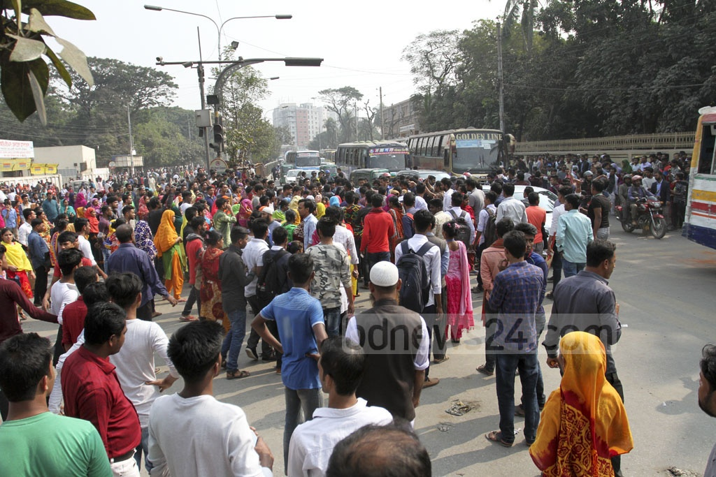A group of Chhatra League activists breaks up a garment worker demonstration at the Technical intersection near Dhaka's Gabtali on Saturday. Photo: Asif Mahmud Ove