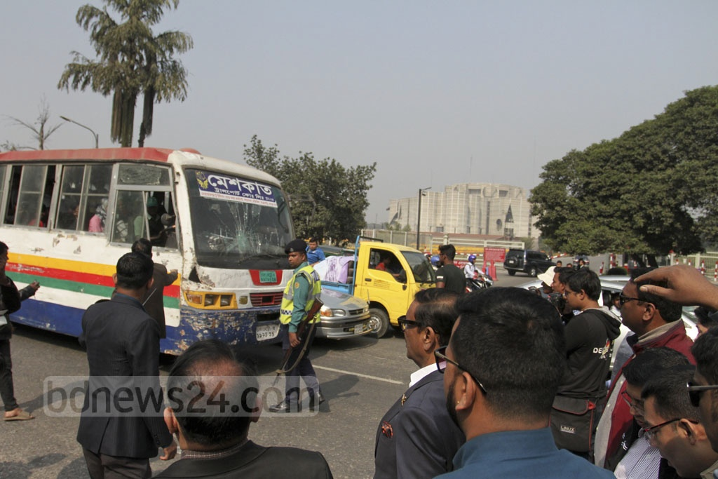 Road Transport Minister Obaidul Quader inspects a BRTA mobile court on Manik Mia Avenue in Dhaka on Saturday. Photo: Asif Mahmud Ove