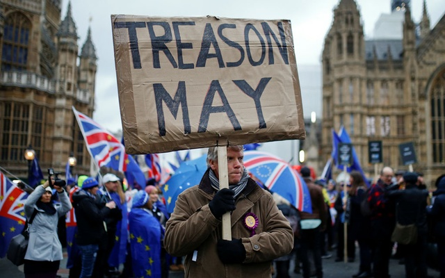 A pro-Brexit protester holds a banner as anti-Brexit protesters demonstrate outside the Houses of Parliament, ahead of a vote on Prime Minister Theresa May's Brexit deal, in London, Britain, January 15, 2019. Reuters