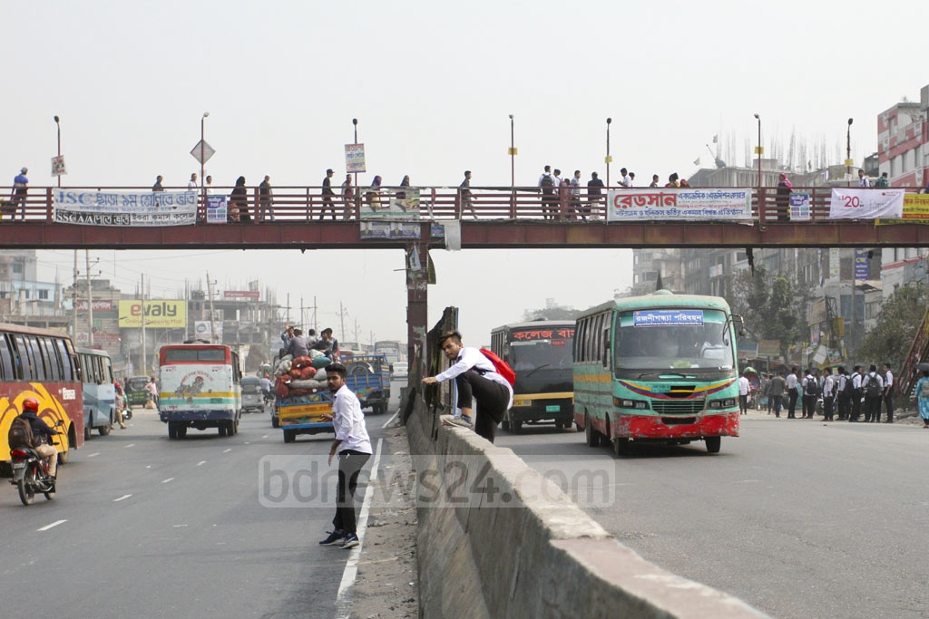 People cross road divider to jaywalk despite there being a a foot-over bridge nearby. The photo of the Dhaka-Chattogram Highway was taken at Shonirakhra. Photo: Asif Mahmud Ove