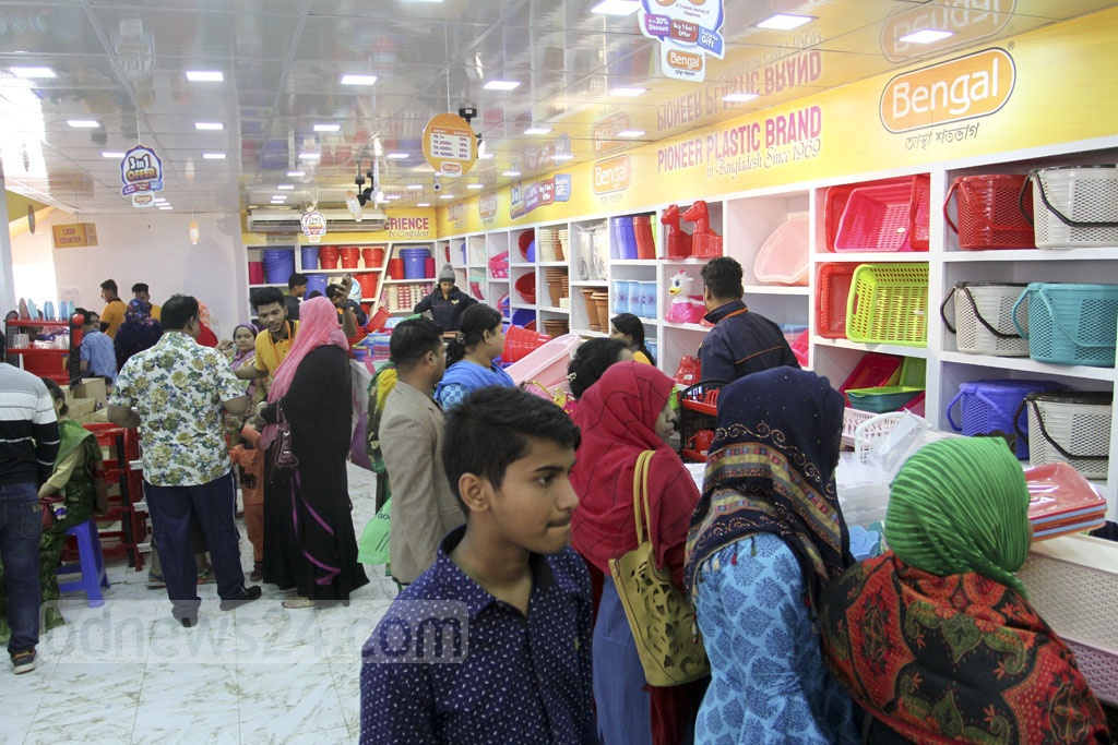 Visitors browsing stalls at the Dhaka International Trade Fair 2019 on the weekly holiday on Friday. Photo: Asif Mahmud Ove